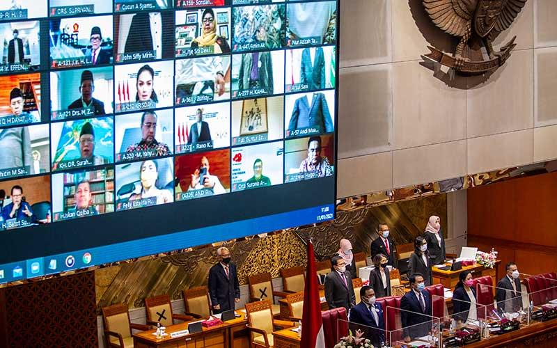 Ketua DPR Puan Maharani (kedua kanan) didampingi Wakil Ketua DPR (dari kiri) Rachmat Gobel, Azis Syamsuddin dan Sufmi Dasco Ahmad saat memimpin Rapat Paripurna ke-11 Pembukaan Masa Persidangan III Tahun Sidang 2020-2021 di Kompleks Parlemen, Senayan, Jakarta, Senin (11/1/2021). Rapat Paripurna diikuti oleh 73 anggota DPR yang hadir secara fisik dan 310 secara virtual dan beragendakan pembacaan pidato pembukaan masa persidangan oleh Ketua DPR. ANTARA FOTO/Dhemas Reviyanto