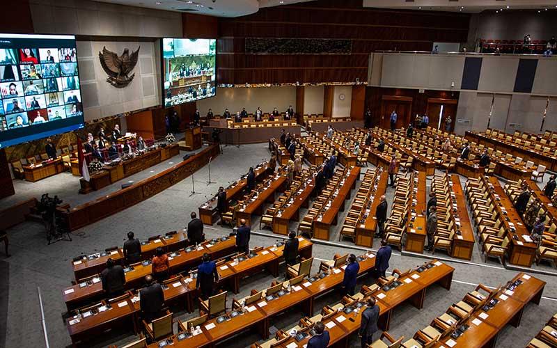 Suasana Rapat Paripurna ke-11 Pembukaan Masa Persidangan III Tahun Sidang 2020-2021 di Kompleks Parlemen, Senayan, Jakarta, Senin (11/1/2021). Rapat Paripurna diikuti oleh 73 anggota DPR yang hadir secara fisik dan 310 secara virtual dan beragendakan pembacaan pidato pembukaan masa persidangan oleh Ketua DPR. ANTARA FOTO/Dhemas Reviyanto