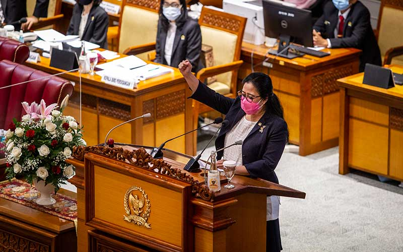 Ketua DPR Puan Maharani membacakan pidato pada Rapat Paripurna ke-11 Pembukaan Masa Persidangan III Tahun Sidang 2020-2021 di Kompleks Parlemen, Senayan, Jakarta, Senin (11/1/2021). Rapat Paripurna diikuti oleh 73 anggota DPR yang hadir secara fisik dan 310 secara virtual dan beragendakan pembacaan pidato pembukaan masa persidangan oleh Ketua DPR. ANTARA FOTO/Dhemas Reviyanto