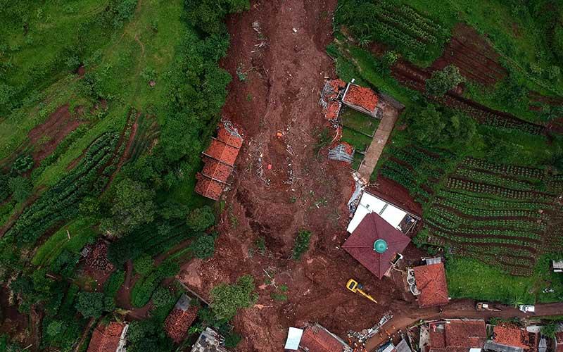 Foto udara bencana tanah longsor di Cimanggung, Kabupaten Sumedang, Jawa Barat, Selasa (12/1/2021). Tim SAR gabungan masih mencari sedikitnya 24 korban hilang yang telah terdata akibat bencana tanah longsor yang terjadi pada Sabtu (9/1) lalu. ANTARA FOTO/Raisan Al Farisi