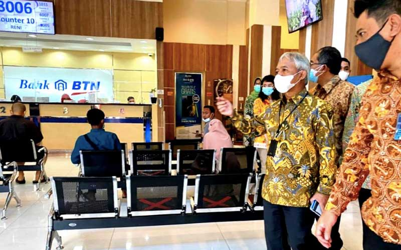 Direktur Distribution & Retail Funding PT Bank Tabungan Negara (Persero) Tbk. Jasmin (kedua kanan) melakukan kunjungan kerja ke Bank BTN Kantor Cabang Harapan Indah, Bekasi, Jawa Barat, Selasa (12/1/2021). Kunjungan kerja tersebut dilakukan untuk memastikan pelayanan Bank BTN tetap mengutamakan penerapan protokol kesehatan untuk menjamin keamanan dan kenyamanan nasabah dalam melakukan transaksi. Bisnis