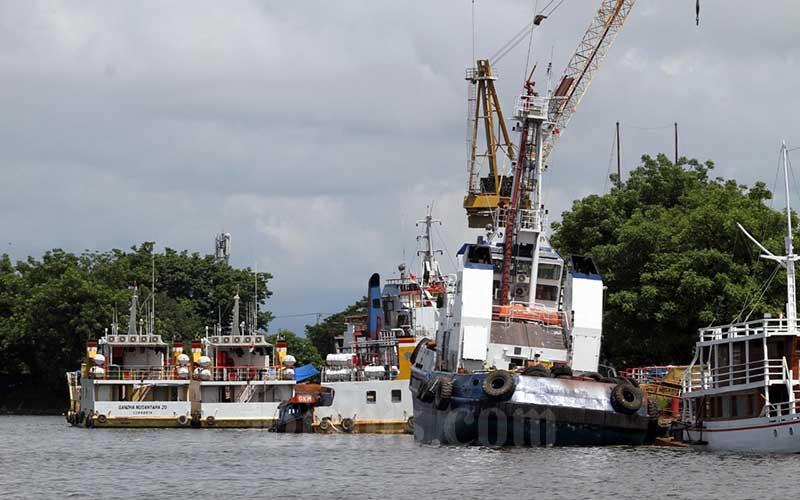 Sejumlah kapal terparkir di galangan kapal PT Industri Kapal Indonesia (Persero) di Makassar, Sulawesi Selatan, Rabu (13/1/2021). Dilansir Bloomberg, Senin (11/1), pesanan kapal merosot pada 2020 ke level terendah dalam dua dekade terakhir karena pemilik kapal tidak yakin tentang bahan bakar alternatif apa yang harus digunakan untuk mengikuti aturan Organisasi Maritim Dunia (IMO) yang menetapkan target pengurangan emisi karbon pelayaran internasional sebesar 40 persen pada 2030 dari level 2008 dan 70 persen pada 2050. Bisnis/Paulus Tandi Bone