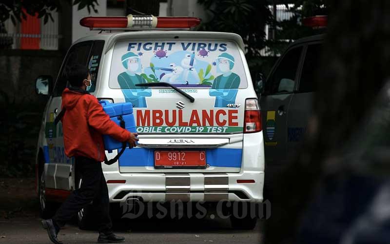 Petugas pengelola vaksin membawa kotak pendingin berisi vaksin Covid-19 Sinovac saat pendistribusian di Instalasi Farmasi Dinas Kesehatan Kota Bandung, Jawa Barat, Rabu (13/1/2021). Dinas Kesehatan Kota Bandung mendistribusikan 25.000 dosis vaksin Covid-19 ke 191 fasilitas kesehatan di Kota Bandung, untuk pelaksanaan vaksinasi Covid-19 tahap pertama bagi sumber daya manusia (SDM) di lingkungan kesehatan, kepala daerah serta tokoh publik pada 14 Januari 2021. Bisnis/Rachman