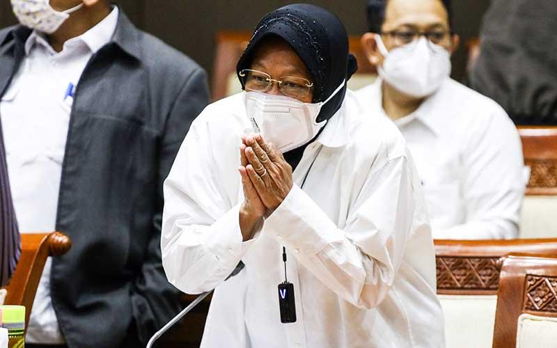 Menteri Sosial Tri Rismaharini bersiap mengikuti rapat kerja bersama Komisi VIII DPR di Kompleks Parlemen, Senayan, Jakarta, Rabu (13/1/2021). Rapat kerja tersebut membahas evaluasi pelaksanaan APBN Tahun Anggaran 2020. ANTARA FOTO/Rivan Awal Lingga