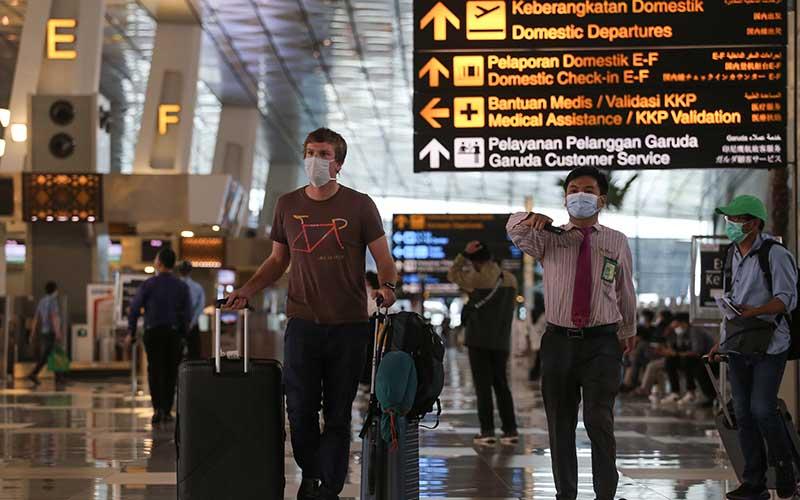 Seorang warga negara asing (WNA) berjalan di Terminal 3 Bandara Internasional Soekarno-Hatta, Tangerang, Banten, Rabu (13/1/2021). Pemerintah Indonesia memperpanjang kebijakan pelarangan warga negara asing (WNA) masuk ke Indonesia hingga 28 Januari mendatang guna mencegah masuknya varian baru virus corona (SARS CoV-2). ANTARA FOTO/Fauzan