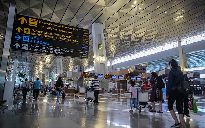 Sejumlah calon penumpang berjalan di Terminal 3 Bandara Internasional Soekarno-Hatta, Tangerang, Banten, Rabu (13/1/2021). Pemerintah Indonesia memperpanjang kebijakan pelarangan warga negara asing (WNA) masuk ke Indonesia hingga 28 Januari mendatang guna mencegah masuknya varian baru virus corona (SARS CoV-2). ANTARA FOTO/Fauzan