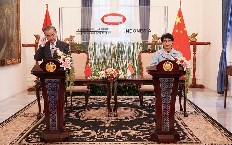 Menteri Luar Negeri Retno Marsudi (kanan) bersama Menteri Luar Negeri China Wang Yi (kiri) memberikan keterangan seusai pertemuan bilateral di Kantor Kemenlu, Jakarta, Rabu (13/1/2021). Pertemuan tersebut untuk meningkatkan hubungan bilateral kedua negara, diantaranya kerja sama di bidang kesehatan dan ekonomi. ANTARA FOTO/HO/Humas Kemenlu