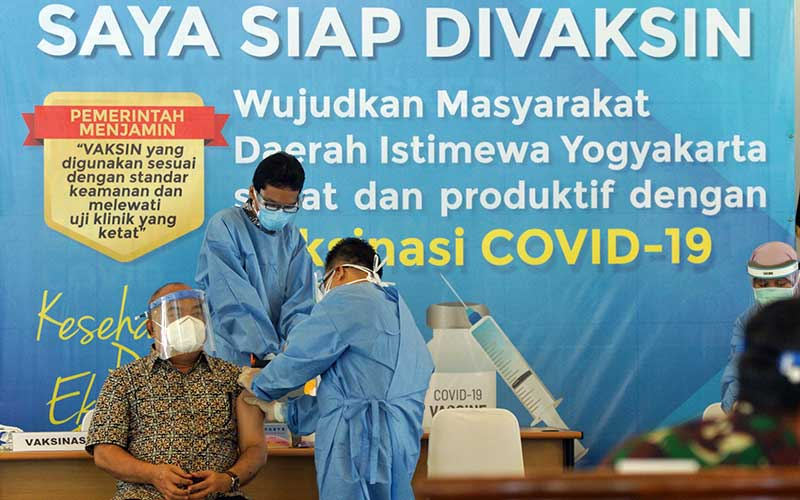 Petugas medis bersiap menyuntikan vaksin Covid-19 produksi Sinovac  kepada Wakil Gubernur Daerah Istimewa Yogyakarta (DIY) KGPAA Paku Alam X (kiri) saat pelaksanaan vaksinasi perdana di Kepatihan, Yogyakarta, Kamis (14/1/2021). Penyuntikan vaksin perdana untuk Wakil Gubernur, Forkopimda, Tokoh Agama dan Tokoh Masyarakat DIY itu menandai dimulainya program vaksinasi Covid-19 di DIY. ANTARA FOTO/Andreas Fitri Atmoko