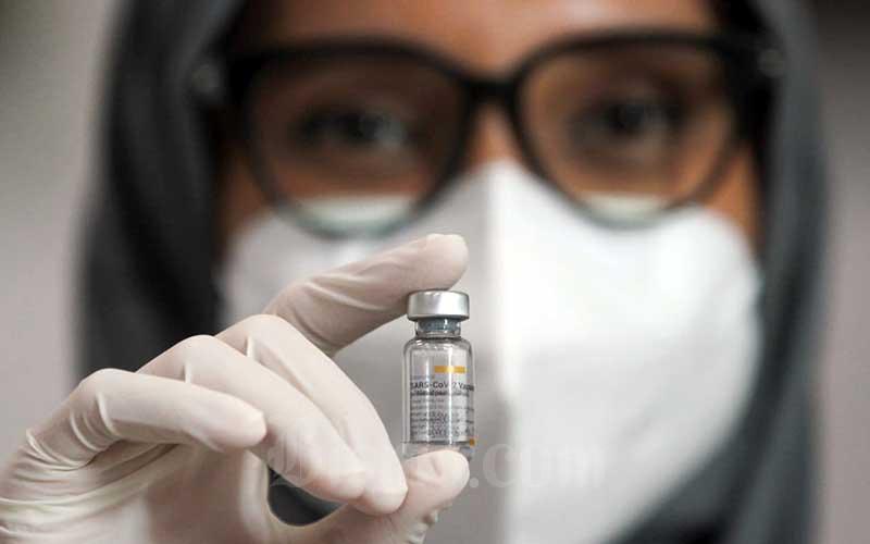 Seorang tenaga kesehatan (Nakes) menunjukkan vaksin Covid-19 seusai divaksinasi di Siloam Hospitals TB Simatupang, Jakarta, Kamis (14/1/2021). Pemerintah memulai tahapan awal program vaksinasi yang menyasar para tenaga kesehatan (Nakes). Vaksinasi tahap awal menargetkan 1,48 juta Nakes yang dijadwalkan berlangsung dari Januari hingga Februari 2021. Bisnis/Arief Hermawan P