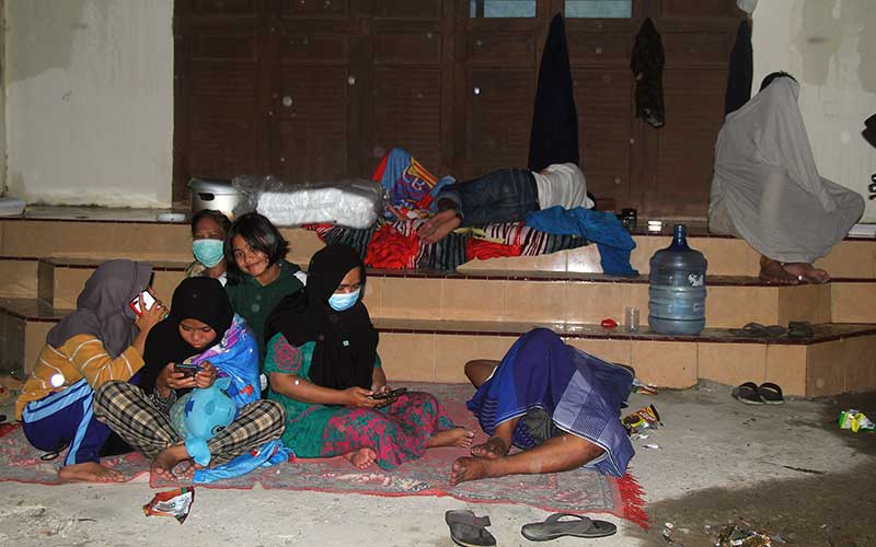 Sejumlah warga mengungsi di dataran tinggi di Mamuju Sulawesi Barat, Kamis (15/1/2021). Untuk menghindari terjadinya gempa bumi susulan sebagian warga mencari tempat pengungsian tinggi dan aman. ANTARA FOTO/ Akbar Tado