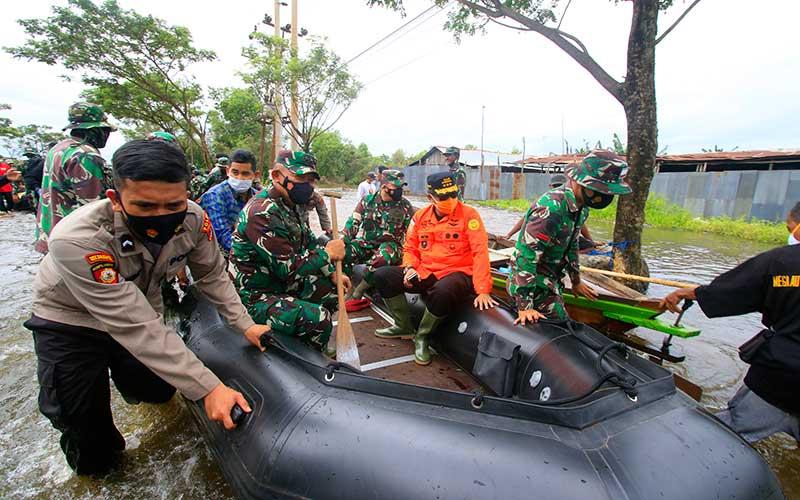 Kepala Badan SAR Nasional (Basarnas) Marsekal Madya TNI Purn Bagus Puruhito (kedua kanan) menggunakan perahu karet meninjau banjir di kawasan Desa Pembataan, Banjarbaru, Kalimantan Selatan, Sabtu (16/1/2021). ANTARA FOTO/Bayu Pratama S