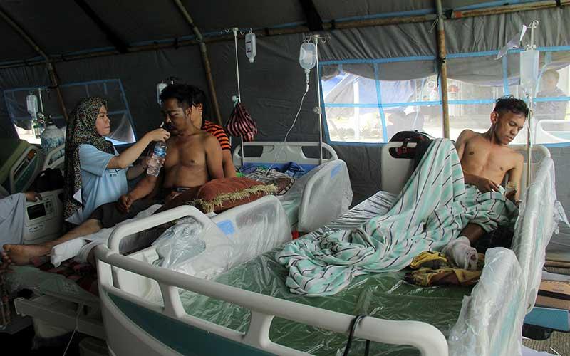 Korban gempa bumi bermagnitudo 6,2 di rawat halaman Rumah Sakit Regional Sulbar, Mamuju, Sulawesi Barat, Sabtu (16/1/2021). ANTARA FOTO/Akbar Tado