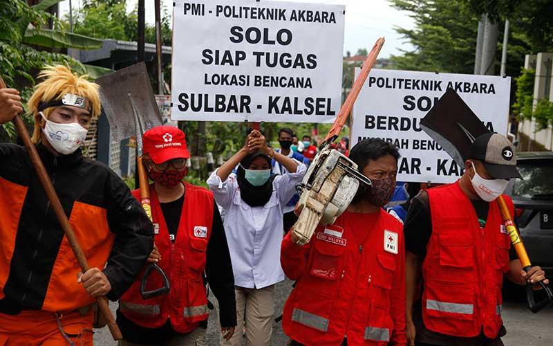 Relawan Palang Merah Indonesia (PMI) Solo mengikuti apel untuk misi kemanusiaan bencana alam Sulawesi Barat di halaman Politeknik Akbara Solo, Jawa Tengah, Sabtu(16/1/2021). Kegiatan tersebut sebagai persiapan para relawan untuk membantu penanganan korban gempa di Mamuju, Sulawesi Barat dan daerah lainnya. ANTARA FOTO/Maulana Surya
