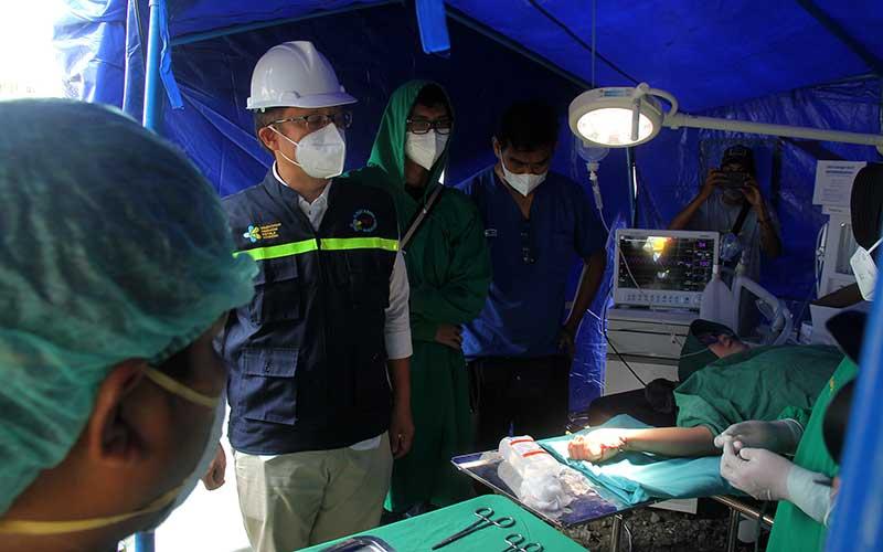 Menteri Kesehatan Budi Gunadi Sadikin (dua kiri) meninjau penanganan korban gempa di Rumah Sakit Regional Sulbar, Mamuju, Sulawesi Barat, Sabtu (16/1/2021). ANTARA FOTO/Akbar Tado