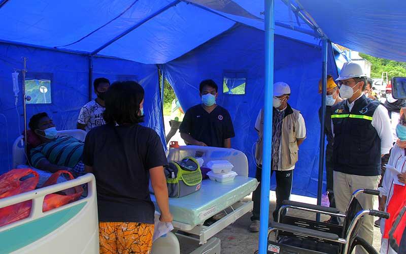 Menteri Kesehatan Budi Gunadi Sadikin (kanan) meninjau penanganan korban gempa di Rumah Sakit Regional Sulbar, Mamuju, Sulawesi Barat, Sabtu (16/1/2021). ANTARA FOTO/Akbar Tado