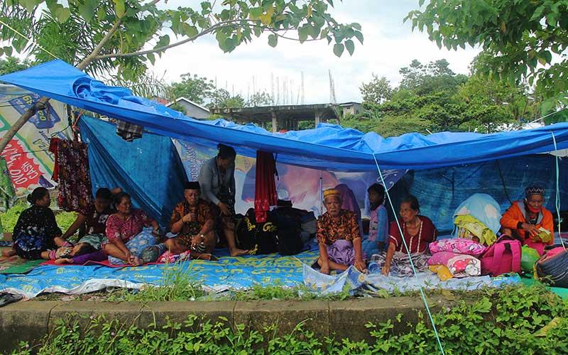Sejumlah warga mengungsi di ketinggian, Mamuju Sulawesi Barat, Sabtu (15/1/2021). Bantuan logistik hingga saat ini belum tersalurkan di tempat pengungsian. ANTARA FOTO/Akbar Tado