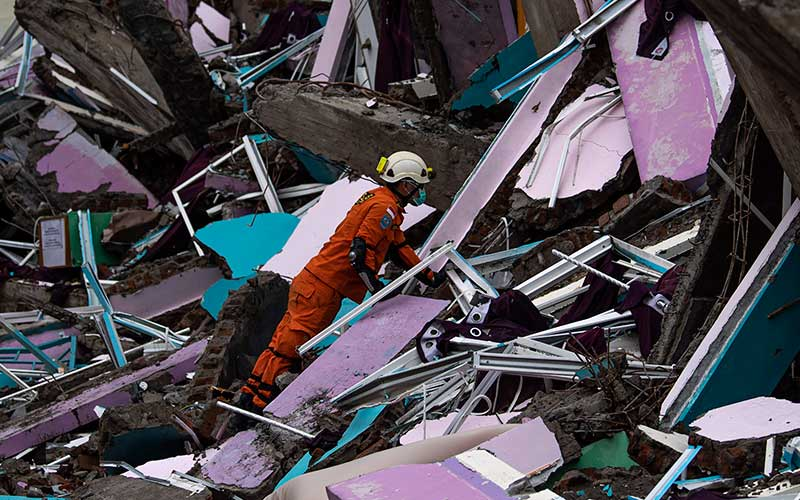 Anggota Basarnas Makassar memeriksa bangunan Rumah Sakit Mitra Manakarra yang roboh akibat gempa bumi magnitudo 6,2 di Mamuju, Sulawesi Barat, Sabtu (16/1/2021). ANTARA FOTO/Sigid Kurniawan