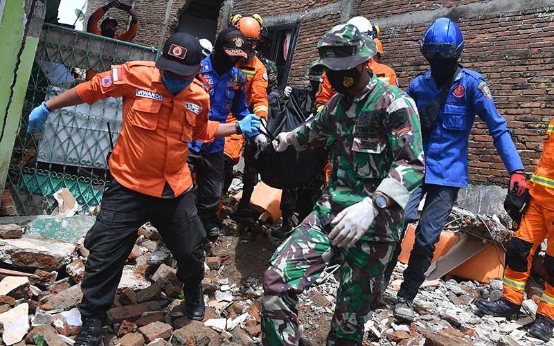Tim SAR gabungan mengevakuasi jenazah korban gempa bumi magnitudo 6,2 di Mamuju, Sulawesi Barat, Sabtu (16/1/2021). ANTARA FOTO/Sigid Kurniawan