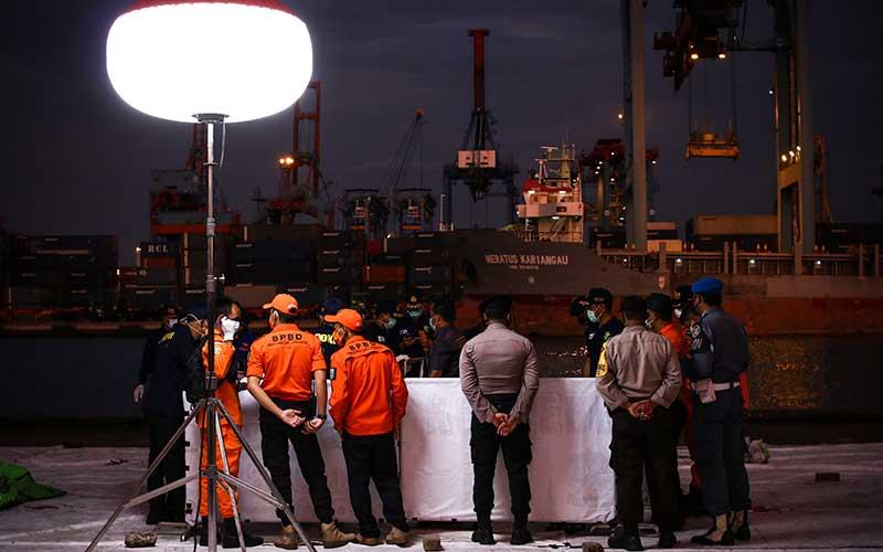 Petugas melakukan identifikasi pada kantong jenazah berisi objek temuan dari lokasi jatuhnya pesawat Sriwijaya Air nomor penerbangan SJ 182 rute Jakarta-Pontianak,  di Dermaga JICT, Tanjung Priok, Jakarta, Sabtu (16/1/2021). Operasi SAR tersebut memasuki hari kedelapan. ANTARA FOTO/Rivan Awal Lingga