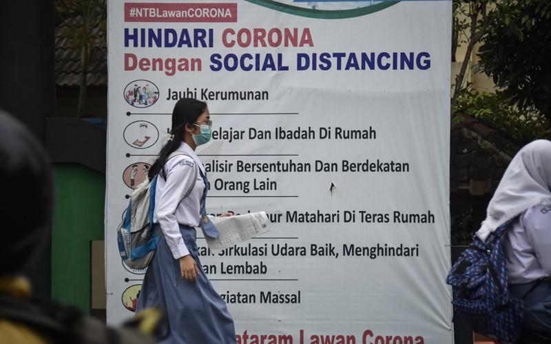 Sejumlah siswa SMA menunggu jemputan usai melaksanakan belajar tatap muka di salah satu SMA di Mataram, NTB, Senin (18/1/2021). Menurut data Dinas Pendidikan dan Kebudayaan (Dikbud) Provinsi NTB, jumlah siswa dari jenjang SMA, SMK dan SLB se-NTB yang menikah selama masa pandemi COVID-19 sejak Maret 2020 sebanyak 874 siswa yang terdiri dari jenjang SMA sebanyak 492 siswa, SMK sebanyak 375 siswa dan SLB sebanyak tujuh siswa.ANTARA FOTO/Ahmad Subaidi