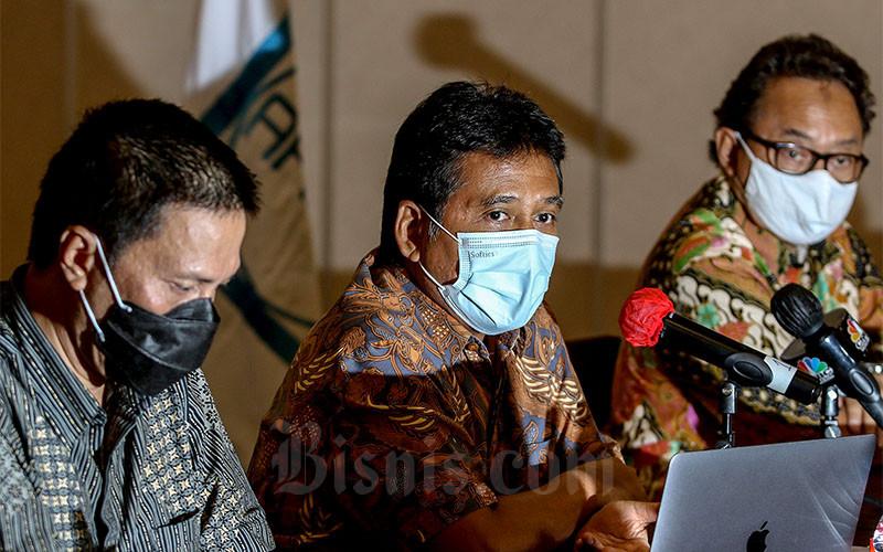 Ketua Umum APINDO Hariyadi B. Sukamdani (tengah) bersama dengan Sekretaris Jenderal Perhimpunan Hotel dan Restoran Indonesia (PHRI) Maulana Yusran (kiri) dan Wakil Ketua Umum PHRI Bidang Restoran Emil Arifin memberikan keterangan menanggapi kebijakan peraturan Pemberlakukan Pembatasan Kegiatan Masyarakat (PPKM) di Jakarta, Senin (18/1/2021). Kalangan dunia usaha memberikan beberapa usulan kepada pemerintah yang salah satunya meminta agar pemerintah dapat memberikan kelonggaran kepada Mall, Ritel, Hotel dan Restoran yang telah menerapkan protokol kesehatan agar boleh tetap beroperasi sampai pukul 21.00 dengan kapasitas dine in maksimal 50%. Bisnis/Eusebio Chrysnamurti.