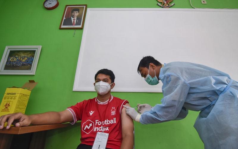 Vaksinator menyuntikkan vaksin Covid-19 Sinovac ke seorang tenaga kesehatan di Puskesmas Mataram, NTB, Selasa (19/1/2021). Sebanyak 11 Puskesmas di Kota Mataram sejak Senin (18/1) mulai memberikan pelayanan vaksinasi Covid-19 bagi tenaga kesehatan dengan kuota 20 orang per hari. ANTARA FOTO/Ahmad Subaidi