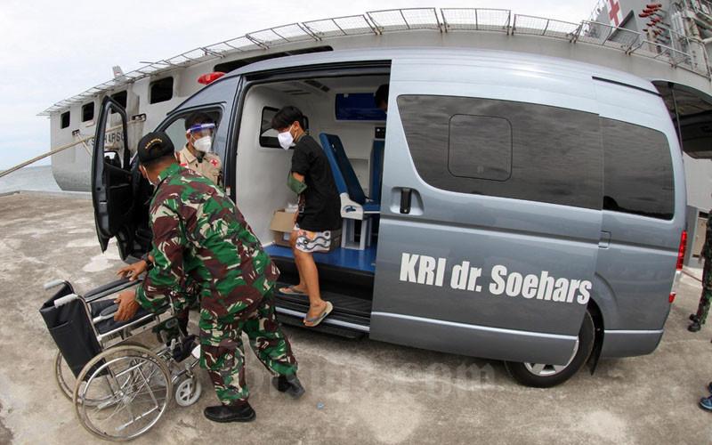 Tim medis menerima pasien patah tulang untuk dirawat lebih lanjut di RS dr Soeharso yang ada di Pangkalan Angkatan Laut (Lanal) Mamuju,Sulawesi Barat, Selasa (19/1/2021). TNI AL mendatangkan rumah sakit terapung KRI dr Soeharso guna membantu pasien korban gempa di Mamuju. Bisnis/Paulus Tandi Bone.