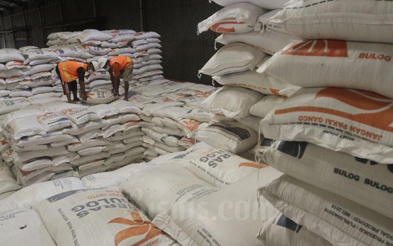 Pekerja melakukan bongkar muat beras di Perum Bulog Divre DKI Jakarta dan Banten, Kelapa Gading, Jakarta, Selasa (19/1/2021). Perum Bulog menyampaikan hingga Jumat (15/1), stok beras yang dimiliki masih sekitar 971.000 ton sehingga pasokan beras cukup untuk memenuhi kebutuhan hingga beberapa bulan ke depan. Bisnis/Himawan L Nugraha