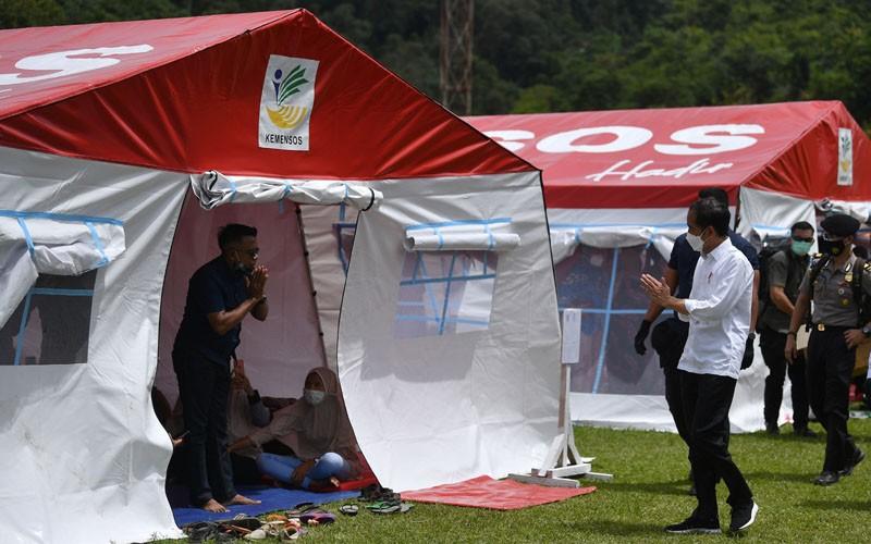 Presiden Joko Widodo (kedua kanan) menyapa pengungsi gempa bumi di Stadion Manakarra, Mamuju, Sulawesi Barat, Selasa (19/1/2021). Presiden Joko Widodo meninjau penanganan pasca bencana gempa bumi magnitudo 6,2 yang terjadi di daerah tersebut. ANTARA FOTO/Sigid Kurniawan/wsj.