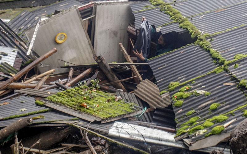 Warga menyelamatkan barang pasca banjir bandang di Kampung Gunung Mas, Tugu Selatan, Cisarua, Kabupaten Bogor, Jawa Barat, Selasa (19/1/2021). Badan Penanggulangan Bencana Daerah (BPBD) Kabupaten Bogor menyatakan 474 warga berhasil dievakuasi dari bencana banjir bandang di Desa Tugu Selatan, dan dalam peristiwa tersebut tidak terdapat korban jiwa. ANTARA FOTO/Yulius Satria Wijaya