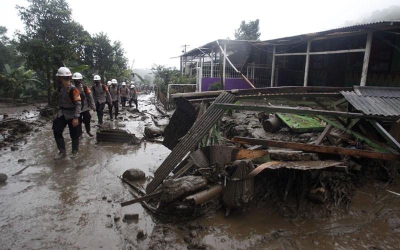 Sejumlah anggota polisi bersiap melakukan SAR permukiman terdampak banjir bandang di Kampung Gunung Mas, Tugu Selatan, Cisarua, Kabupaten Bogor, Jawa Barat, Selasa (19/1/2021). Badan Penanggulangan Bencana Daerah (BPBD) Kabupaten Bogor menyatakan 474 warga berhasil dievakuasi dari bencana banjir bandang di Desa Tugu Selatan, dalam peristiwa tersebut tidak terdapat korban jiwa. ANTARA FOTO/Yulius Satria Wijaya