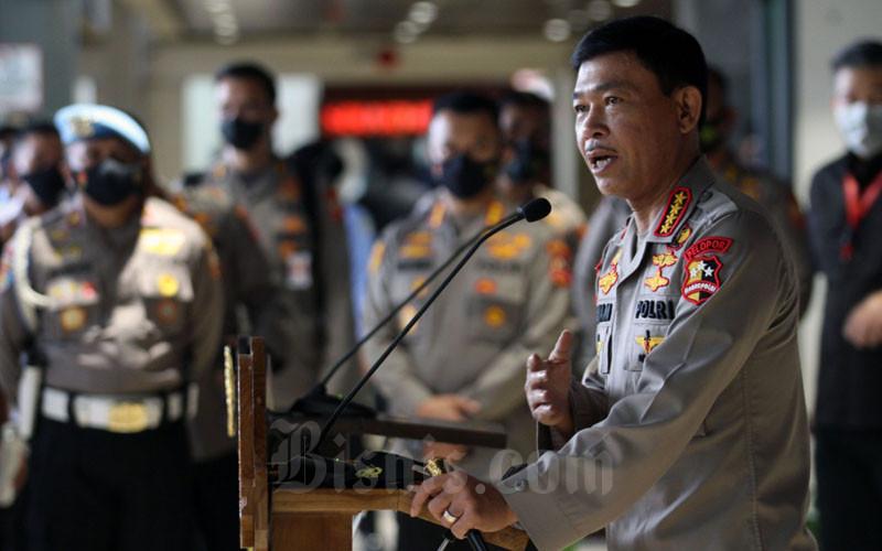 Kapolri Jenderal Polisi Idham Azis memberikan penjelasan seusai mengantar Komjen Listyo Sigit Prabowo, yang akan menjalani uji kelayakan dan kepatutan atau Fit and Proper Test calon Kapolri di Komisi III DPR RI, di Jakarta, Rabu (20/1/2021). Bisnis/Dedi Gunawan