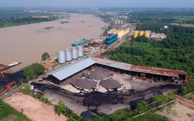 Foto udara kawasan industri Talang Duku di tepi Sungai Batanghari, Muarojambi, Jambi, Rabu (20/1/2021). Kawasan yang saat ini tumbuh sebagai tempat penampungan sementara produk ekspor hasil pertambangan, perkebunan, dan dibangun memanjang di tepi Sungai Batanghari tersebut akan dikembangkan sebagai kawasan industri yang terintegrasi dengan Pelabuhan Talang Duku, Muarojambi di bagian hulu dan Pelabuhan Ujung Jabung, Tanjungjabung Timur di bagian hilir. ANTARA FOTO/Wahdi Septiawan