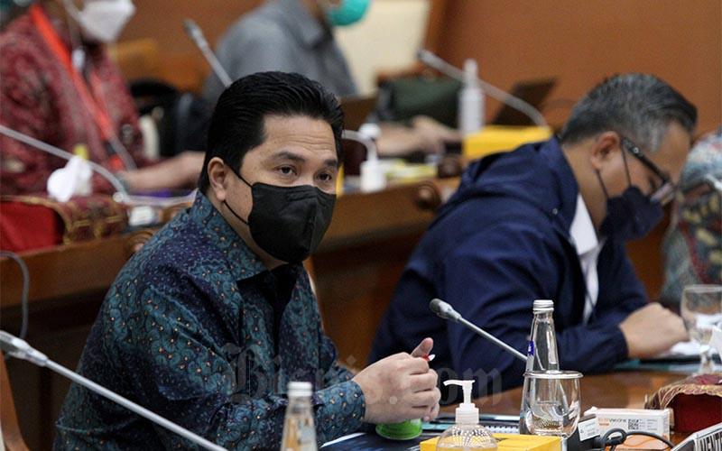 Menteri Badan Usaha Milik Negara (BUMN) Erick Thohir didampingi Wakil Menteri BUMN Kartika Wirjoatmodjo saat menghadiri rapat kerja dengan Komisi VI DPR di Jakarta, Rabu (20/1/2021). Kementerian BUMN mencatat serapan anggaran pada 2020 mencapai 97,65% atau sebesar Rp260,13 miliar. Di mana pagu Kementerian BUMN pada tahun tersebut sebesar Rp266,39 miliar. Bisnis/Dedi Gunawan