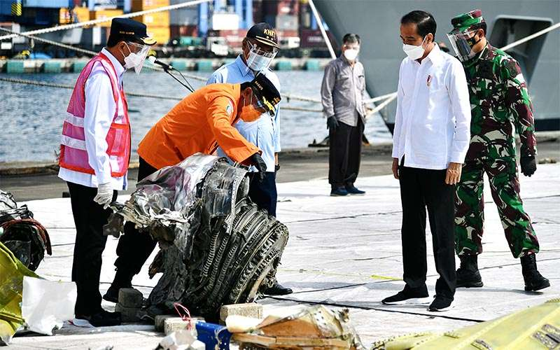 Presiden Joko Widodo (kedua kanan) mengamati sejumlah temuan serpihan pesawat Sriwijaya Air PK-CLC nomor penerbangan SJ 182 rute Jakarta-Pontianak didampingi Menteri Perhubungan Budi Karya Sumadi (kiri), Kepala Staf Angkatan Laut (Kasal) Laksamana TNI Yudo Margono (kanan), Kepala Badan Nasional Pencarian dan Pertolongan (Basarnas) Marsekal Madya TNI Bagus Puruhito (kedua kiri) dan Ketua Komite Nasional Keselamatan Transportasi (KNKT) Soerjanto Tjahjono (tengah) di Posko Darurat Evakuasi di Dermaga JICT II, Pelabuhan Tanjung Priok, Jakarta, Rabu (20/1/2021)