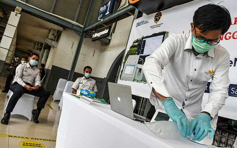 Petugas mengetes kantong nafas milik pegawai PT KAI (Persero) dengan GeNose C19 di Stasiun Pasar Senen, Jakarta, Sabtu (23/1/2021). Menteri Perhubungan Budi Karya Sumadi akan mengimplementasikan penggunaaan GeNose C19 sebagai alat pendeteksi Covid-19 pada calon penumpang kereta api mulai 5 Februari 2021. ANTARA FOTO/M Risyal Hidayat