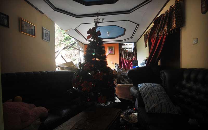 Kondisi salah satu rumah yang terdampak longsor di Manado, Sulawesi Utara, Sabtu (23/1/12021). Hujan deras yang terjadi selama beberapa jam pada Jumat (23/1) siang hingga sore hari, menyebabkan banjir dan longsor di delapan kecamatan di Kota Manado. ANTARA FOTO/Adwit B Pramono