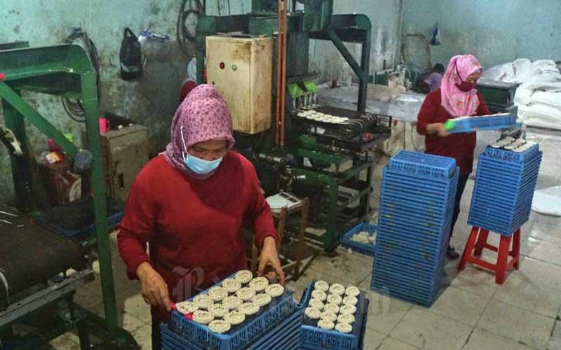Pekerja menyelesaikan pembuatan kerupuk di salah satu industri rumahan di Depok, Jawa Barat, Minggu (24/1/2021). Berdasarkan Laporan Indeks Keyakinan UKM Digital Kuartal IV tahun 2020 yang dirilis KoinWorks, terdapar sebanyak 35,1% pelaku UMKM bersikap optimistis bahwa bisnis mereka akan mengalami peningkatan atau setidaknya tetap berjalan normal pada tahun 2021. Bisnis/Himawan L Nugraha