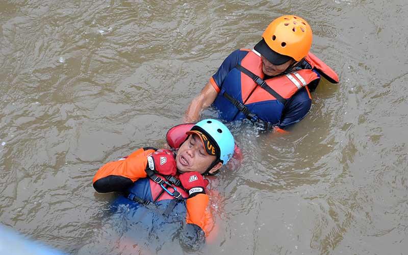 Relawan Sarana Komunikasi Timur (SAKTI) Kota Bogor melakukan simulasi penanggulangan korban banjir yang hanyut di aliran sungai Ciliwung, Kali Baru, Kelurahan Katulampa, Kota Bogor, Jawa Barat, Minggu (24/1/2021). Kegiatan simulasi tersebut bertujuan untuk melatih kesiapsiagaan relawan SAKTI dalam menanggulangi korban banjir di saat puncak musim hujan pada bulan Januari dan Februari. ANTARA FOTO/Arif Firmansyah