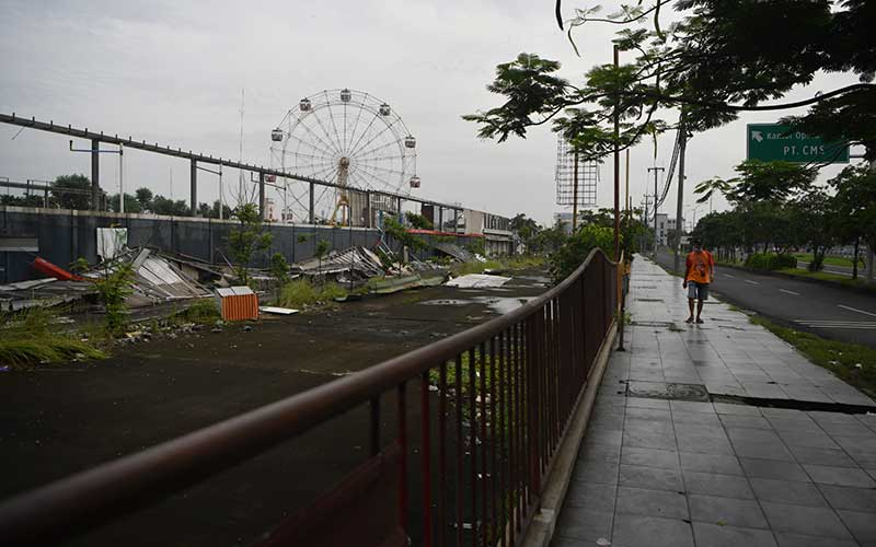 Suasana dan kondisi Suroboyo Carnival Park di Surabaya, Jawa Timur, Senin (25/1/2021). Suroboyo Carnival Park yang merupakan salah satu tempat wisata malam hari untuk keluarga di Surabaya tersebut berhenti beroperasi dan terpaksa dibongkar akibat pandemi Covid-19. ANTARA FOTO/Zabur Karuru
