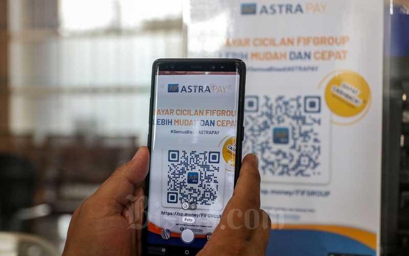 Nasabah memindai kode batang AstraPay di Salah Satu Kantor Cabang FIF Group di Jakarta, Senin (25/1/2021). Otoritas Jasa Keuangan (OJK) akhirnya memberikan relaksasi penerbitan surat utang di industri multifinance. Kehadiran relaksasi ini diharapkan bisa mendorong optimalisasi kinerja, stabilitas serta pertumbuhan industri pembiayaan selama pandemi Covid-19. Bisnis/Eusebio Chrysnamurti