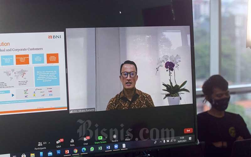 Layar menampilkan Direktur Corporate Banking PT Bank Negara Indonesia (Persero) Tbk. Silvano Rumantir memberikan pemaparan dalam acara Bisnis Indonesia Business Challenges 2021 di Jakarta, Selasa (26/1/2021). Bisnis/Arief Hermawan P