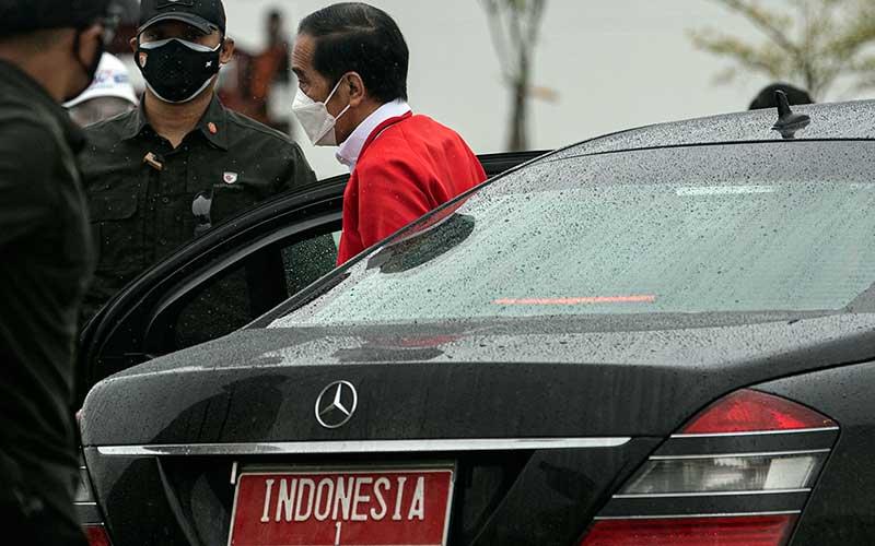 Presiden Joko Widodo (kanan) turun dari dalam mobil kepresidenan saat tiba di gerbang Tol Kramasan di Desa Ibul Besar III, Pemulutan, Ogan Ilir (OI), Sumatera Selatan, Selasa (26/1/2021). Presiden meresmikan tol Palembang-Kayu Agung yang menghubungkan Kabupaten Ogan Komering Ilir (OKI)-Palembang. ANTARA FOTO/Nova Wahyudi