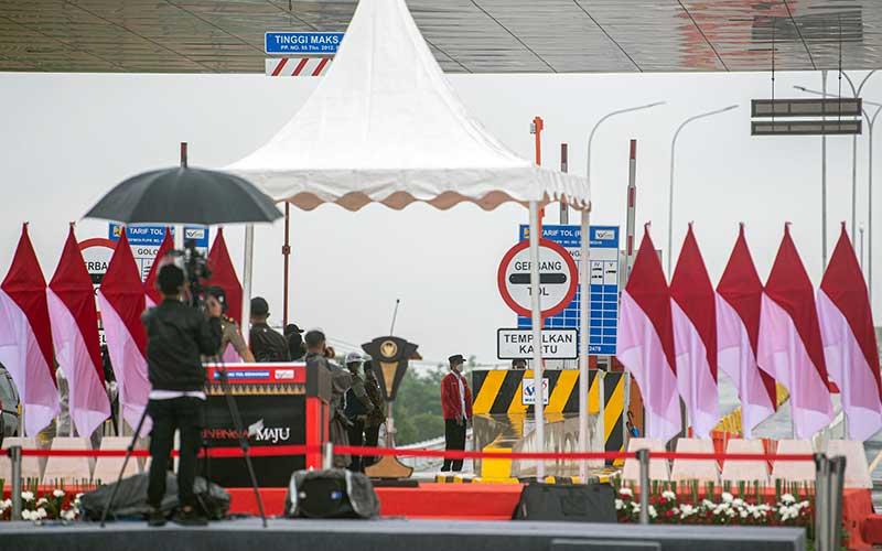 Presiden Joko Widodo (tengah) meninjau Tol Palembang-Kayu Agung di gerbang Tol Kramasan di Desa Ibul Besar III, Pemulutan, Ogan Ilir (OI), Sumatera Selatan, Selasa (26/1/2021). Presiden meresmikan tol Palembang-Kayu Agung yang menghubungkan Kabupaten Ogan Komering Ilir (OKI)-Palembang. ANTARA FOTO/Nova Wahyudi