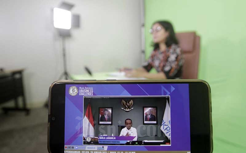 Layar menampilkan Kepala Badan Koordinasi Penanaman Modal (BKPM) Bahlil Lahadalia memberikan pemaparan dalam acara Bisnis Indonesia Business Challenges 2021 di Jakarta, Selasa (26/1/2021).  Bisnis/Himawan L Nugraha