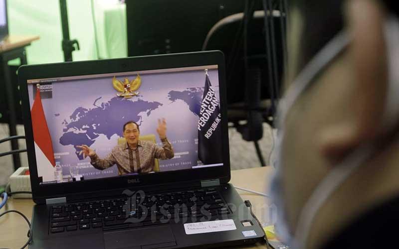 Layar menampilkan Menteri Perdagangan Muhammad Lutfi memberikan pemaparan dalam acara Bisnis Indonesia Business Challenges 2021 di Jakarta, Selasa (26/1/2021). Bisnis/Himawan L Nugraha