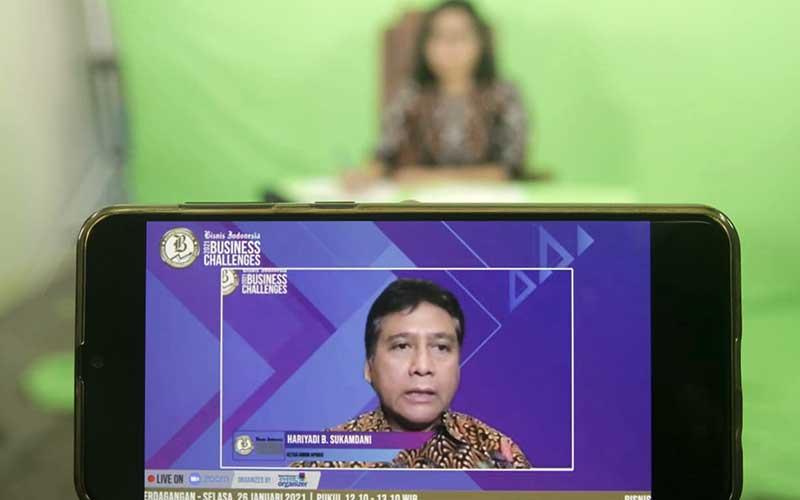 Layar menampilkan Ketua Umum Asosiasi Pengusaha Indonesia (Apindo) Hariyadi B. Sukamdani memberikan pemaparan dalam acara Bisnis Indonesia Business Challenges 2021 di Jakarta, Selasa (26/1/2021). Bisnis/Himawan L Nugraha