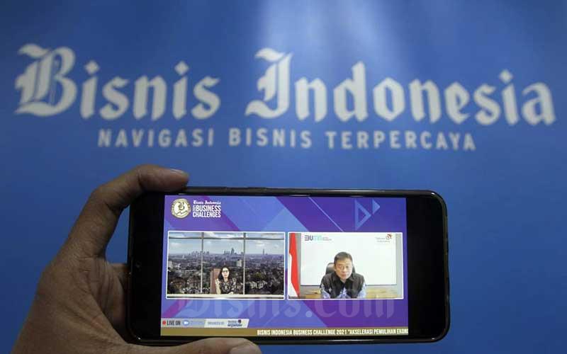 Layar menampilkan CEO Telkom Indonesia Ririek Adriansyah (kanan) dan Pemimpin Redaksi Bisnis Indonesia Maria Y. Benyamin (kiri) memberikan pemaparan dalam acara Bisnis Indonesia Business Challenges 2021 di Jakarta, Selasa (26/1/2021). Bisnis/Himawan L Nugraha