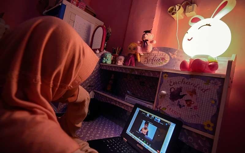 Seorang murid mengikuti pembelajaran secara daring di Kelurahan Ampenan Tengah, Mataram, NTB, Selasa (26/1/2021). PLN NTB mencatat penjualan listrik di Provinsi NTB pada tahun 2020 sebesar 2.197,63 GWh (Gigawatt Hours) atau meningkat 12,69 persen bila dibandingkan tahun 2019 sebesar 1.950,13 GWh yang ditopang dari kebutuhan masyarakat akan listrik untuk kegiatan secara daring selama pandemi Covid-19. ANTARA FOTO/Ahmad Subaidi