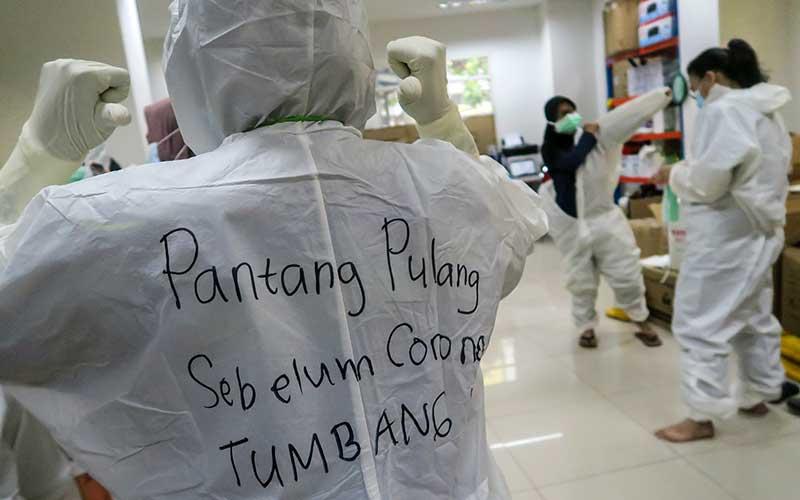 Sebuah kalimat penyemangat tertulis di hazmat salah satu tenaga kesehatan di Rumah Sakit Darurat (RSD) Covid-19, Wisma Atlet Kemayoran, Jakarta, Selasa (26/1/2021). Satuan Tugas Penanganan Covid-19 Pusat mengumumkan per Selasa (26/1) pukul 15.55 WIB, terdapat penambahan jumlah kasus terkonfirmasi positif Covid-19 sebanyak 13.094 orang sehingga total telah mencapai 1.012.350 kasus di Indonesia.  ANTARA FOTO/M Risyal Hidayat